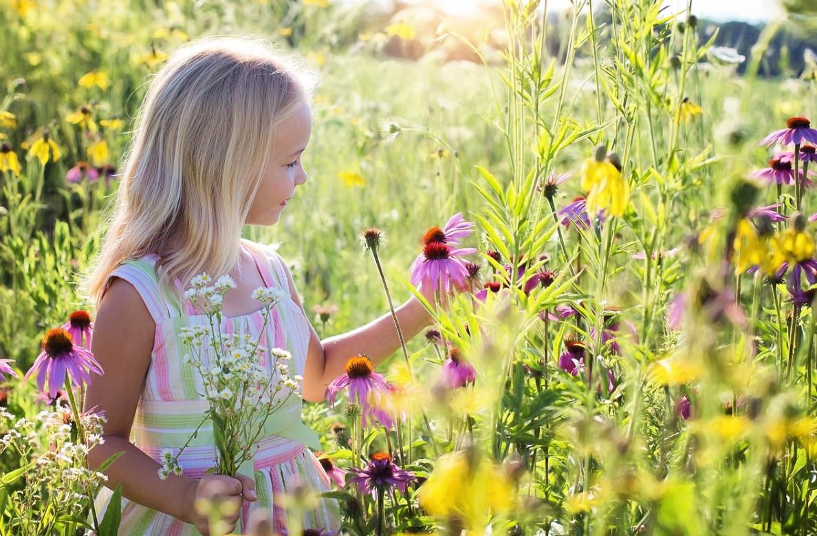 holčička a květiny