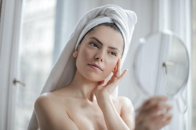 žena v ručníku